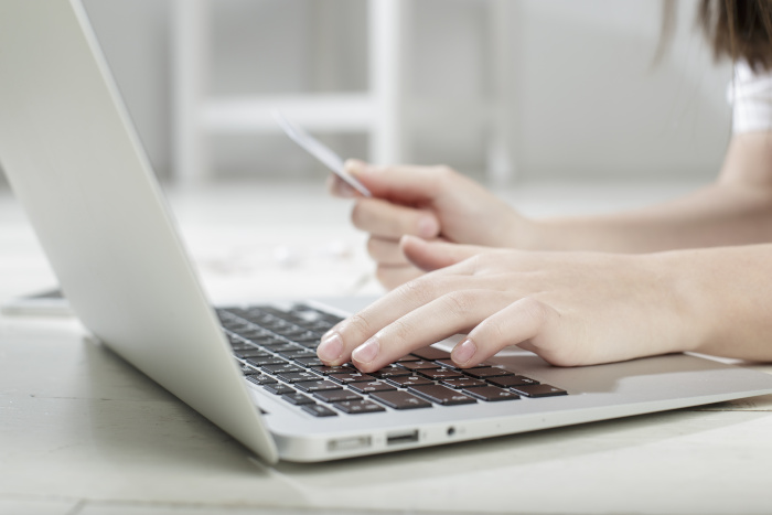 Host adding their credit card details to their Booking.com account