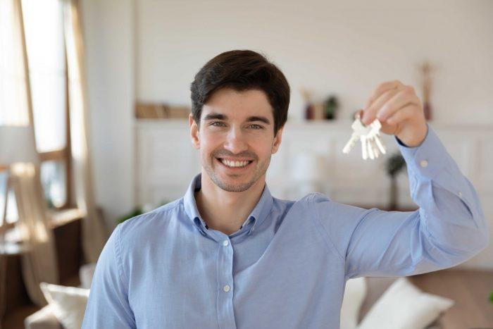 Man holding keys for Airbnb key exchange